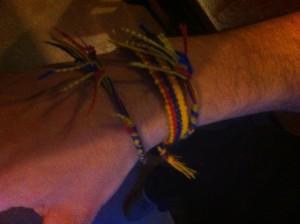 Las pulsas de Diego, con colores de Colombia: rojo, amarillo y azul.