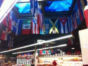 Las banderas en el mercado muestran la diversidad del cuidad
