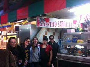 """Galdiz es Mexicana pero trabaja en un restaurante peruano. Está aquí con Brooke, Lily, Chloe, y su """"novio"""" que photobombed la fotografía."""