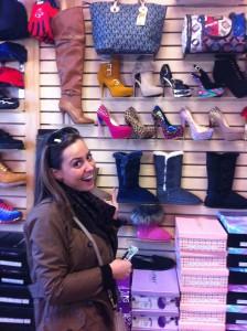 A Brooke le gustan los zapatos elegantes en la tienda de Jaddy.