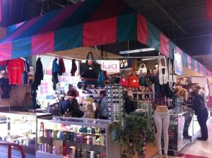 La madre de Jaddy es la dueña de esta tienda de ropa y Jaddy ayuda su madre en la tienda dentro del mercado.