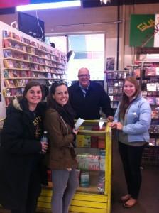 Ramón, el dueño de El Mercado, con Lily, Brooke, y Chloe en el parte con los discos compactos.