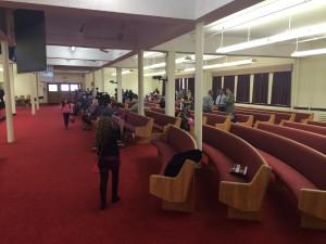 Hay muchas sillas para servicios grandes