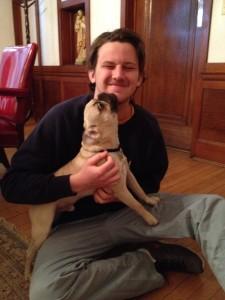 Graham con el perro Augustine del sacerdote, que fue nombrado tras el santo y la iglesia