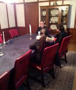 Taylor y Liza hablando con Sacerdote