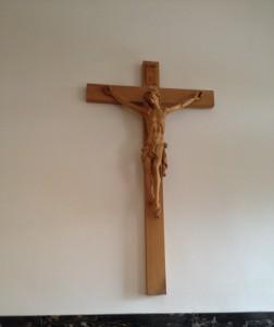 La cruz con Jesucristo en la entrada de la oficina