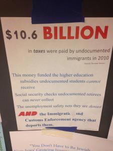 Un cartel informativo sobre la falta de protección que reciben los inmigrantes indocumentados a pesar de que ellos pagan impuestos