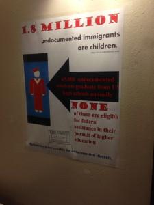 Una señal en la oficina de correos que muestra el publico sobre la importancia de educación y las desventajas que tienen los niños que son inmigrantes indocumentados