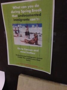 Una señal en el cafe Peter B's que intenta aumentar la conciencia sobre los inmigrantes indocumentados