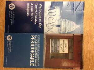 Los folletos en la biblioteca pública en Hartford para ayudar los inmigrantes en los Estados Unidos