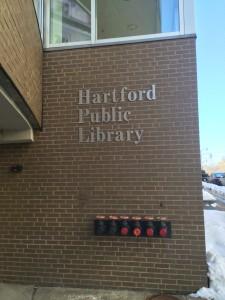 La entrada principal de la biblioteca pública de Hartford