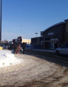Domingo es un día de familia y para ir de compras para comprar comida y otras cosas necesarias para la semana. Cuando visitamos Walmart un Domingo, vimos muchas familias juntas yendo de compras. Este es una foto de una familia saliendo Walmart después de comprar comida y cosas.