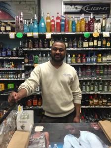 Este es el trabajador y propietario de la licorera al que entrevistamos. Su negocio atrae personas de todo tipos de culturas.