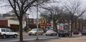 La gula en América ha creado la necesidad de más de un restaurante de comida rápida cada dos cuadras. En la calle Washington encontrará un McDonalds y un Dunkin Donuts a poca distancia unos de otros.