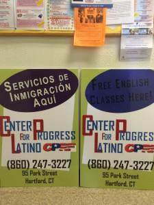 En esta foto podemos ver la yuxtaposición de idiomas ya que el cartel de la izquierda esta en español mientras que el de la derecha esta en ingles. Esto puede indicar que la organización incentiva el bilingüismo en la comunidad Latina de Hartford