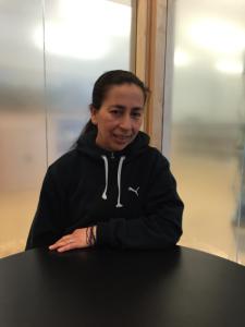 Valia es de Guatemala.  Ella asiste las mismas clases de inglés que Carlos asiste.  En su opinión, los leyes de inmigración hacen difícil entrar el país.