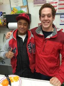 Walter y el propietario detrás del mostrador del supermercado