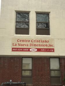 Un hombre, Jimmy, que estaba en CVS sugirió que cruzamos el calle al Centro Cristiano: La Nueva Dimension. No podemos entrar porque estaba cerrado pero caminamos alrededor del exterior.