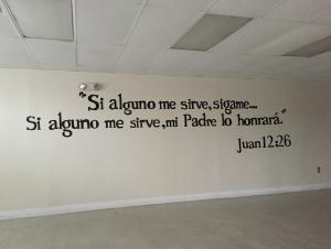 Encontramos esta cita en una pared dentro de Pare de Sufrir. Este es un centro para personas en la comunidad que buscan guía espiritual.