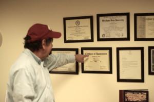 El pastor con sus diplomas y certificados